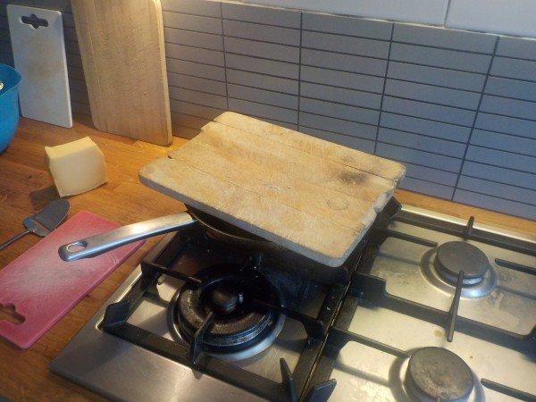 Pannenkoeken bakken met kaas in een koekenpan