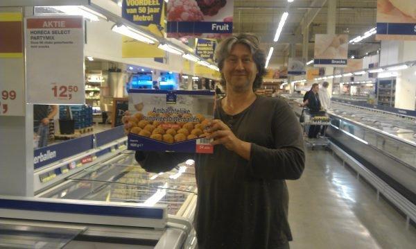 Michael Boerop met bitterballen in de Makro