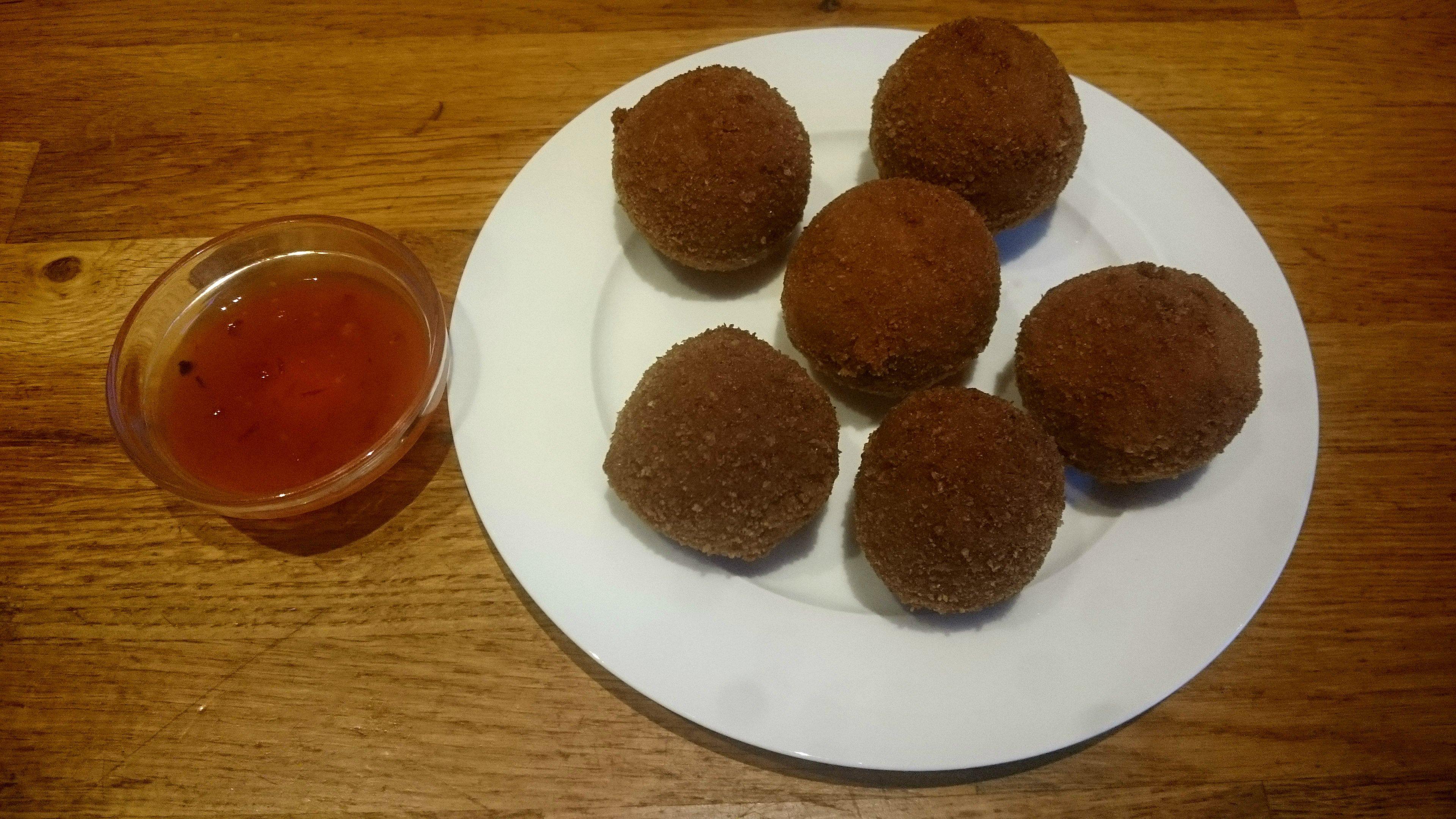 Bitterballen met shoarmavlees en chilisaus