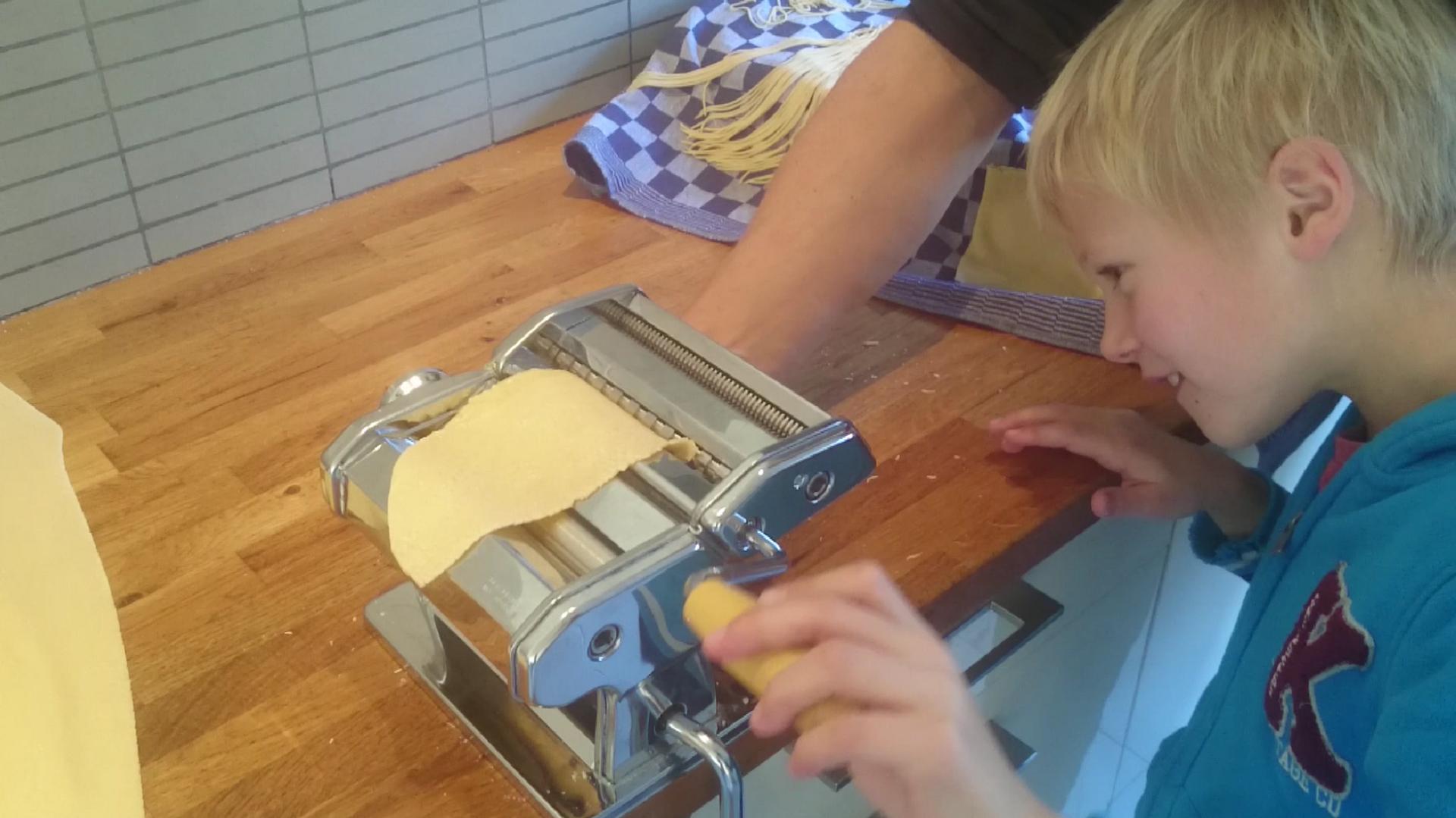 Pasta maken met pastamachine