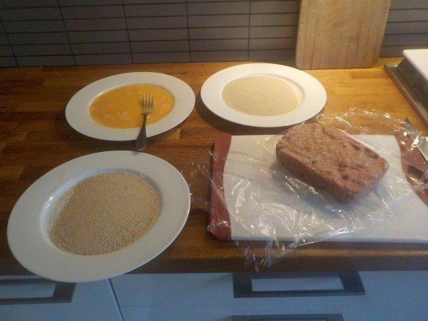 Zet twee borden met paneermeel en een bord met twee geklutste eieren klaar.